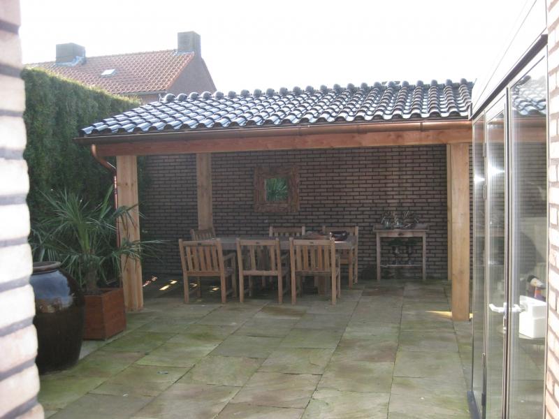 houten veranda met dakpannen